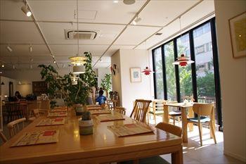 横浜センター南にあるカフェ「&comodia」の店内