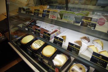 「伝説のチーズケーキ ガトーよこはま」の店内