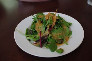 横浜にあるレストラン「ジンジャーズ ビーチ」のサラダ