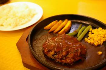 トレッサ横浜内のレストラン「プレート&プレート」のハンバーグ