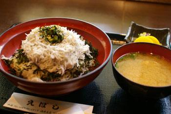 ららぽーと横浜のフードコート「FOURSYUN」のしらす丼
