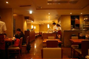 横浜西口のおいしい骨付鳥のお店「一鶴」の店内