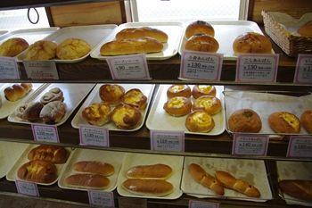 横浜鴨居にあるパン屋さん「パン工房 小愛夢」の店内