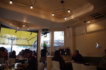 横浜元町にあるカフェ「SLOW CAFE」の店内