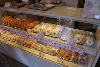 横浜元町にあるドーナッツ専門店「はらドーナッツ」の店内