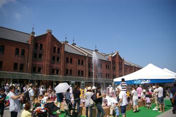 横浜赤レンガ倉庫のイベント「ふんすいビーチ」