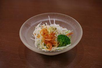 新横浜にあるお寿司屋さん「沼津魚がし鮨」のサラダ