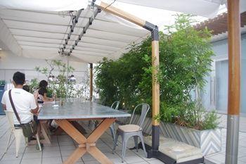 テラスモール湘南にあるカフェ「SOHOLM CAFE」の座席