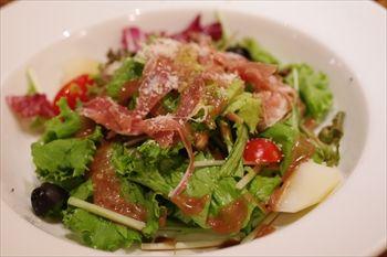 東京六本木にあるイタリアン「イルリトローボ」のサラダ