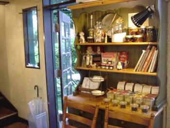 横浜山手にあるブラフカフェモトヤの1階の雑貨