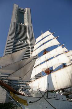 横浜みなとみらいの横浜ランドマークタワーと総帆展帆された日本丸