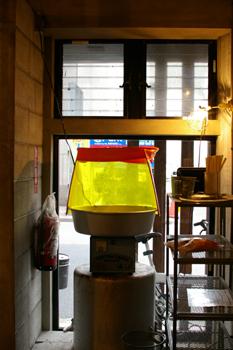 横浜西口のラーメン店「麺場 浜虎」の綿菓子製造機