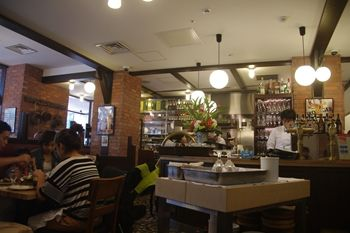 新横浜にある洋食屋さん「つばめグリル」の店内