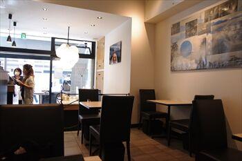 横浜桜木町にあるお肉屋さんのカフェ「ミートカフェ オジマ」の店内