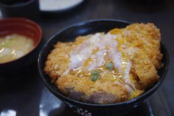 神奈川県三浦市にある食堂「まるい食堂」のかつ丼