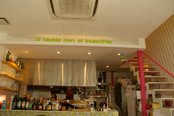 横浜桜木町のカフェ「R cafe(アールカフェ)」の内装