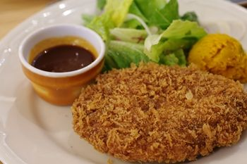 新横浜にある洋食屋さん「つばめグリル」のメンチカツ