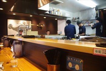 横浜西口にあるラーメン店「本丸亭」の店内