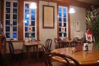 横浜港の見える丘公園にあるカフェ「ティールーム 霧笛」の店内