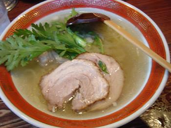 横浜元町のラーメン店「本丸亭」の本丸塩ラーメン