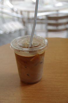 横浜山下町の「カフェ エリオット アベニュー」のカフェラテ