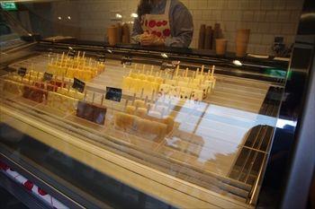 横浜桜木町にあるアイスクリームショップ「パレタス」の店内