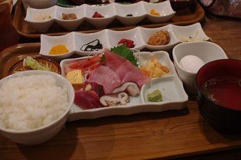 横浜関内にある居酒屋「魚屋はちまき」のランチ定食
