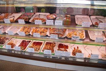 横浜野毛にある鶏肉専門店「梅や」の店頭