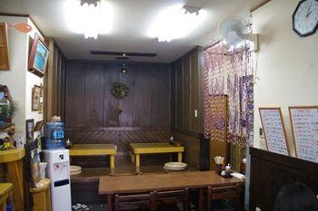 横浜新山下にある定食屋さん「千葉屋」の店内