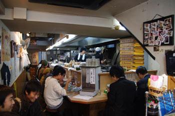 横浜日吉にある家系ラーメン店「武蔵家」の店内