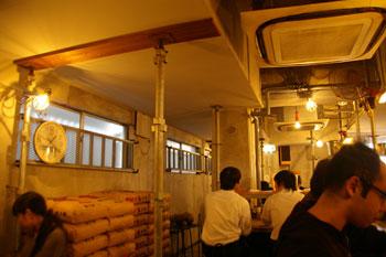 横浜日吉にあるラーメン店「麺場 ハマトラ」の店内