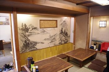 逗子マリーナの近くにある魚介料理のお店「めしやっちゃん」の店内