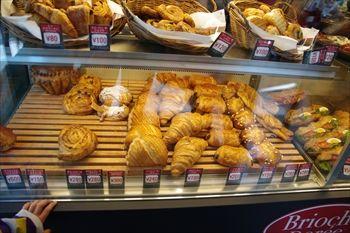 横浜西口にあるパン屋「ブリオッシュ ドーレ」の店内