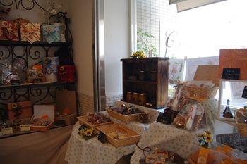 横浜新羽にあるケーキショップ「パティスリー セ・トロワ」の店内