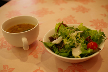 横浜馬車道のレストラン「相生 本店」のスープとサラダ