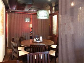 横浜にある中華料理店「DRAGON酒家」の店内