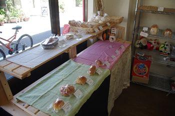 横浜山手にあるパン屋「Vati(ファティ)」の店内