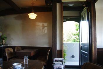 逗子にあるカフェ「クリストバル (CRISTOBAL)」の店内