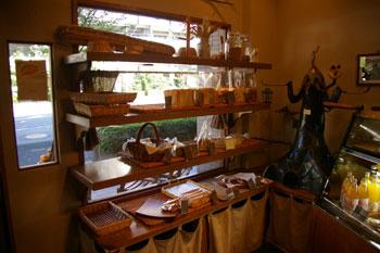 横浜市営地下鉄あざみ野駅にあるパン屋「穂の香」の店内