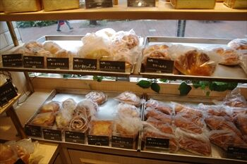 横浜馬車道にあるパン屋「フレッシュネスパン工房」の店内