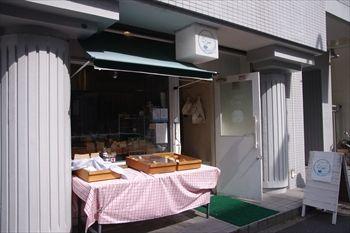 横浜石川町にある「かもめベーグル&ワールドスマイルデリ」の外観