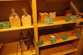 横浜石川町にあるパン屋「よつばベーカリー」の店内