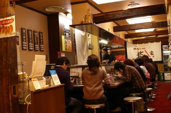 横浜スカイビルの横浜家系ラーメン屋「壱八家」店内