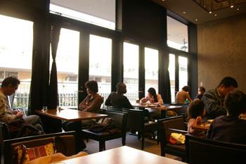 トレッサ横浜にあるカフェ「CAFE 丸福珈琲店」の店内