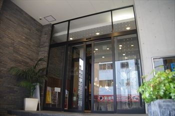 新横浜にある「ウォーターフォールカフェ」の外観