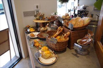 横浜反町にあるパン屋「GORGE(ゴルジュ)」の店内