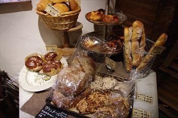 横浜片倉町にあるパン屋「ル・ミトロン(Le Mitron)」の店内