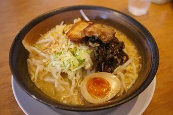 横浜ベイクォーターにあるラーメン店「麺家 三士」のラーメン