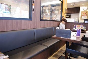 新横浜にあるカフェ「ポティエコーヒー」の店内