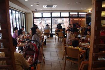横浜関内にある食事処「北海道オホーツク 美幌食堂」の店内